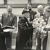 G1766 <br /> Het bezoek aan koningin Juliana door twee afgevaardigden van de 'ouden van dagen': mevr. Van Klaveren-Ravensbergen en dhr. C. van Velzen. Op de achtergrond v.l.n.r. de heren L. de Vrind, Stolwijk en burgemeester jhr. mr. R. Sandberg van Boelens. Foto: 1952.