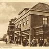 G0406 <br /> Hotel café-restaurant 't Bruine Paard. Voorbij het hotel, op de hoek van de Hortuslaan staat de winkel in kruidenierswaren van Francken; later ging hij over op tabaksartikelen. Foto: 1928.