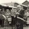 G1759 <br /> De opening van de weekmarkt aan de Hortuslaan door wethouder A. Vogelaar. Geheel rechts dhr. Stolwijk met echtgenote. Foto: 1957.