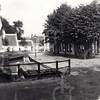 G0441 <br /> Zicht vanaf de Oude Haven richting Kastanjelaan. Rechts het pand van garage Bakker en de poort langs het huis van A. Vliem. Aan de voorkant van het huis van Vliem was een winkel in bloemen en planten. Achter het huis waren kassen geplaatst voor het kweken van planten.