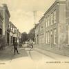G0412 <br /> Rechts op de voorgrond een deel van het pand van Jacob Bruijnen. De poort, die toegang gaf tot de smederij, is duidelijk te zien. In het pand daarnaast was later C. Jamin gevestigd. Links de zadelmakerij met woonhuis van J. v.d. Meer. Later is het een stoffeerderij geworden en verplaatst naar Hoofdstraat 190a en in 2016 naar de Havenpoort. In 1968 is het pand op de foto afgebroken. Foto: 1902.