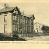 G0058 <br /> De dubbele villa Twin's Home, die voor de bloembollenhandelaar Henri Roozen in 1890 werd gebouwd. De ene helft heette 'Bloomfield' en de andere helft 'Zomerzorg'. Rechts staat de bollenschuur van de fa. Roozen, later van de fa. Van der Voort en daarna van Fred de Meulder. Tot ca. 2010 was daar de kistenfabriek van M. Bakker & Zn gevestigd. Foto: 1902.