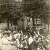 G1808 <br /> Het eeuwfeest 1813-1913, het onafhankelijkheidsfeest. Optocht van schoolkinderen op 18 september 1913. Juffrouw Hogenkamp met haar klas op de Hoofdstraat ter hoogte van waar nu de ingang van De Oude Tol is.