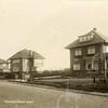 G0045 <br /> Van rechts naar links de nummers 46, 48 en 50 op de Hoofdstraat met rechts villa Wasbeek, waar wegenbouwer Visscher heeft gewoond. <br /> Het volgende pand is Sursum Corda, gebouwd voor dhr. Le Clercq in 1926, daarna bewoond door de families Wachter, Philippo en Snaterse.<br /> Het derde pand heet Silentium. De eerste bewoner is ene Verschoor. Later is de woning bewoond door de fam. Jonkman. Dhr. Jonkman was gladiolenkweker en schijnt één van de gladiolensoorten de naam 'Silentium' gegeven te hebben en tevens zijn huis naar deze soort  te hebben vernoemd. In dit huis hebben drie generaties 'Jonkmannen' gewoond. Later werd het pand door de fam. W. Mantel bewoond. Foto: 1929.
