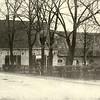 G0007 <br /> Rijksstraatweg 2, de boerderij van de fam. Ciggaar, die ca. 1938 is gesloopt voor de aanleg van de Rijksweg 4, nu A44. Voor het huis staat Willem Ciggaar Pzn. En zijn vrouw Maria Uit den Bogaard. Deze boerderij stond indertijd recht tegenover boerderij Duivenvlugt.