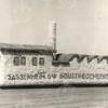 G1787 <br /> Bloemencorso in 1949; we zien de wagen van de gemeente Sassenheim. Een van de Sassemse industrieën  was de vleeswarenfabriek Malmberg aan de Hoofdstraat nr. 20, officieel N.V. Vleeschwaren- en Conservenfabriek Sassenheim. De corsowagen is een impressie daarvan.