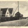 G0053 <br /> Dezelfde huizen als op foto 0052, maar nu vanuit de andere richting gefotografeerd. Achter het eerste huis, waar de fam. J. Westgeest gewoond heeft, is nog net de voormalige bollenschuur van Th. Kapteyn te zien. Het tweede witte huis is villa Mecklenburg, waar de zoon van burgemeester Gouverneur met gezin woonde. Het derde pand is villa Zonnewende, waar Arie van Zonneveld eertijds woonde. Het vierde is Solita van de fam. Zandbergen. Let op de rails van de stoomtram (links). Foto: 1939