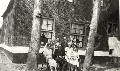 G0021 <br /> Het gezin van Hendrikus en Maria Koot voor hun boerderij op Klinkenberg 14. De zwart-witte band op de onderkant van de gevel diende van ouds om het kwaad van buiten te weren.<br /> Op 20 maart 1945 is de boerderij verwoest tijdens een bombardement door een Engels vliegtuig ...<br /> Foto: ca. 1930.