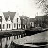 G0439 <br /> De Oude Haven met links het witte pand, waar later de bakkerij van Ravensbergen  huisde. Het witte huisje ernaast werd bewoond door Jaap v.d. Meer (gesloopt in 1960) en dat werd samengevoegd met het linkerpand. Hier, op Oude Haven 11, is sinds 1975 Dirck III gevestigd. Het derde witte pand was van A. Vliem (gesloopt in 1960). Op die plaats kwam garage Faas.
