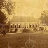 G0033 <br /> De buitenplaats Ter Wegen. Het prachtige huis heeft gestaan op het terrein waar later het bollenbedrijf van H. Verdegaal & Zn. was gelegen. De buitenplaats is gebouwd door Johan van Lanschot in 1631 en heette toen 'Clinkenberg'. In 1737 gaf Herman Berewout het de naam 'Beresteyn'. Bij de verkoop in 1752 heette het 'Ter Wegen'. Foto: ca. 1875.