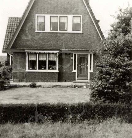 G0029 <br /> Rijksstraatweg 75, eertijds bewoond door de fam. Th. Verkleij, later bewoond door de fam. R. Broer. Het pand staat nu (2018) te koop. Foto: 1950.
