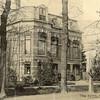 G0462 <br /> Deze villa werd gebouwd in 1881 voor J. Kruijff, die het huis noemde naar zijn echtgenote Nella. De latere bewoner K. Klijn herdoopte de villa in 'Vredesteyn'. Tijdens de oorlogsjaren bouwden de Duitsers bunkers in de tuin. Het huis heeft jarenlang dienstgedaan als pension. Ook de fam. P. van Reisen heeft hier jarenlang gewoond. Thans heeft notaris Schrama het pand grondig laten restaureren. Foto: 1904.