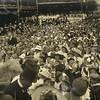 G1837 <br /> Het eeuwfeest 1813-1913, het onafhankelijkheidsfeest. De aubade tijdens de Onafhankelijkheidsfeesten op 18 september 1913. Op het podium achteraan staat het zangkoor Oefening Kweekt Kunst o.l.v. de heer B. Fortuin.<br /> De kinderen en het publiek staan voor het podium. Het was een drukte van je welste. Rechts is nog net een muzikant van Crescendo te zien.