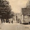 G0427 <br /> De Klapbrug met uiterst rechts een stukje van het huis van H.A. de Leeuw, later sigarenmagazijn van Barend van Loo (nu Heemborgh Makelaars). Tussen de sloot en de Teijlingerlaan staat het tolhuis. De laatste tolgaarder was M.S. Bosma-Markus, de weduwe van G.H. Bosma. In 1920 zijn de tol en het tolhuis gekocht door de gemeente en in 1921 is het huis afgebroken. Foto: vóór 1921.