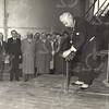G1757 <br /> De nieuw gebouwde gashouder aan de Molenstraat werd geopend door burgemeester jhr. mr. R. Sandberg van Boelens. Derde van links is dhr. Stolwijk, dan dhr. Vogelaar en dhr. J. Schrama. Foto: 1955.