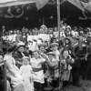 F1832a<br /> Het eeuwfeest 1813-1913, het onafhankelijkheidsfeest.  Er is veel publiek op het feestterrein op de Overplaats tijdens de onafhankelijkheidsfeesten (op 17 en 18 september 1913). De dame met hoed in het midden van de foto (links van de stok en de jongen met pet) en die vanachter het meisje en de jongen ervoor ons aankijkt, is mevr. Elisabeth Wijntjes-Bergman.