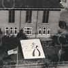 """G1799 <br /> """"Lente in Holland"""": mozaïek in de tuin van het gemeentehuis. Rechts de Wilhelminalaan. Foto: 1958."""