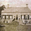 G0035 <br /> Het vooraanzicht van Huis Ter Wegen, met aan weerszijden twee fraaie beelden. Het pand lag op flinke afstand van de Rijksstraatweg. Foto: ca. 1875.