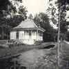 G0040 <br /> Het Chinese theehuis, behorend bij Huis Ter Wegen, is in 1850 gebouwd. Op deze foto is goed te zien hoe smal de Rijksstraatweg in die jaren was. Er liep een sloot langs tot in het dorp. Foto: ca. 1875.