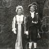 G1805 <br /> Het eeuwfeest 1813-1913, het onafhankelijkheidsfeest.   We zien tijdens de historisch-allegorische optocht op 18 september 1913 mevr. M. van Leeuwen en de heer Jan Heemskerk resp. als mevr. Kemper en prof. J.M. Kemper (uit Leiden), die beiden een grote rol speelden bij de terugkomst van prins Willem in 1813.