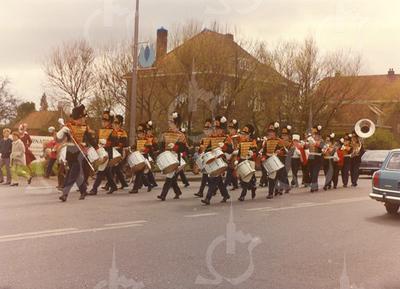 G1784 <br /> De plaatselijke drum- en showband Adest Musica op de Hoofdstraat t.h.v. huize St. Bernardus en huize Sassem.