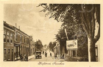 G0456 <br /> Het witte pand aan de rechter kant is in 1929 gesloopt. Na drogisterij G. Duijster 'de Hoek' en kapsalon Heemskerk is het pand nu bij supermarkt Digros getrokken. Verder garage Smit en Koppers, later Nieuwenhove en daarna M. Verschoor. Een van de huizen links werd in de oorlog en vele jaren daarna bewoond door Adr. Blom. Foto: 1924.