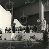 G1775 <br /> De ingebruikname van het muziekpodium aan de Parklaan door burgemeester jhr. mr. R. Sandberg van Boelens. De feestelijke opening vond plaats op 13 oktober 1956. Op het podium zit de Chr. Harmonievereniging Crescendo klaar om het podium muzikaal in te wijden. Foto: 1956.