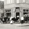 G0432 <br /> De slagerij van J.P. v.d. Berg op de hoek van de Hoofdstraat/Teijlingerlaan. Deze slagerij was de voorloper van slagerij Persoon. Links het oude woonhuis van Noordermeer, links ervan stond het winkeltje. Rechts het begin van de Teijlingerlaan, met de lage huisjes die in 1930 gesloopt zijn. Foto: 1926.