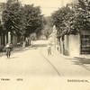G0451 <br /> We kijken vanaf de Klapbrug in noordelijke richting. Rechts, op de hoek van de Kastanjelaan, het winkeltje waar later drogisterij De Hoek van Melman gevestigd was. Hier is het nog een 'winkel van Sinkel', waar van alles te koop was, zelfs een borreltje voor 5 cent. De winkel was van Arend Künemann, later van de zusters Bakker en anderen, tot het in 1929 werd afgebroken. Foto: 1905.