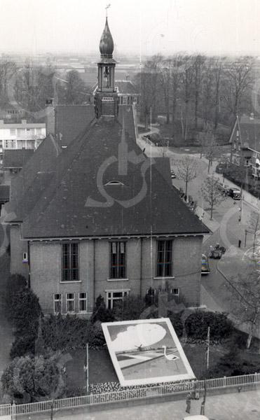 G1797 <br /> Mozaïek in de tuin van het gemeentehuis. Onderaan de Hoofdstraat; rechts de Wilhelminalaan. Foto: 1955.