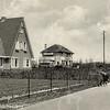 G0047 <br /> Links het huis Wildrijk, bewoond door de fam. D. Zwetsloot. Uiterst rechts is het laantje te zien, dat naar de oude boerderij Wiltrijk voert. Daarachter is de villa Beukenrode te zien, eertijds bewoond door de fam. P. Krouwel. Er staan nog houten telefoonpalen. Rechts op de achtergrond de bollenschuur van H. Roozen & Zn.    Foto: ca. 1947.