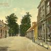 G0452 <br /> Rechts het huis van Cornelis Rijnsburger, gebouwd in 1872. Rijnsburger woonde er tot ca. 1917, daarna kwam de fam. Jan Blom erin te wonen. Het pand werd in 1970 gesloopt voor de uitbreiding van de garage van M. Verschoor. Verderop rechts 'de Kazerne', afgebroken in 1926. Daarna zijn daar de huizen nrs. 286-288 gebouwd. En die zijn in de jaren '90 afgebroken t.b.v. de supermarkt Digros. Foto: 1907.