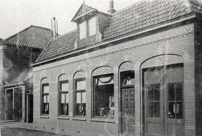 G0416 <br /> De zadelmakerij en het woonhuis van J. v.d. Meer. Links het woonhuis, het grote raam is een etalage. Rechts naast de voordeur zijn de deuren van de werkplaats. Uiterst links hotel café-restaurant 't Bruine Paard met aanbouw.