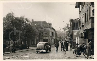 G0434 <br /> Rechts op de hoek de winkel van slager L. Persoon en de manufacturenzaak van Noordermeer, dan de kruidenierszaak van Van Nieuwkoop. <br /> Links de Oude Haven met op de hoek schilder G. Bemelman (nu De Twee Wezen). Foto: 1949.