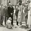 G1774 <br /> Het bezoek aan de koningin door de burgemeester en leden van de Sassenheimse Oranjevereniging. V.l.n.r.: dhr. Stolwijk, L. de Vrind, dhr. M. van Breda, dhr. Beije, dhr. Boot, nb., burgemeester jhr. mr. R. Sandberg van Boelens en koningin Juliana. Op de grond prinses (toen nog) Marijke. Foto: 1952.