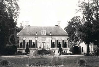 G0039 <br /> Huis Ter Wegen werd in 1770 afgebroken en vervangen door een fraai pand dat door P.J. Lutgers is getekend in 1850. De laatste bewoners waren Jan Plemp en familie. Jan stierf op 18 november 1892. Zijn weduwe en vier kinderen vertrokken op 11 april 1893 naar Nijmegen. Twee jaar later is Ter Wegen afgebroken. Foto: ca. 1875.