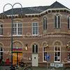 GM017  Hoofdstraat 167 - R.K. Zusterschool 'St. Anna' <br /> <br /> Het pand uit 1898 bestaat uit twee verdiepingen met een samengesteld schilddak met steekkap.  Architect N. Huyg was de ontwerper van het klooster van de 'Jezus-Maria-Jozef'-orde uit Amersfoort. Het pand van rode baksteen in kruisverband, is gebouwd als zusterhuis en meisjesschool. Gele bakstenen zijn versierend verwerkt in de bogen, de banden en de boogvelden, evenals in het fries dat met de waterlijst de afscheiding tussen de begane grond en de verdieping aangeeft.<br /> <br /> Meer informatie is te vinden in 'Monumenten in Sassenheim', een uitgave van de Stichting Oud Sassenheim.
