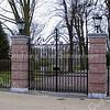 GM011  Hoofdstraat / hoek J.P. Gouverneurlaan - Park Rusthoff   <br /> <br /> De ingang aan de Hoofdstraat van park Rusthoff heeft sinds kort een monumentale ingangspartij gekregen met een groot smeedijzeren hek tussen hoge hekpijlers. Een dubbele rij linden leidt naar het eigenlijke park. Langs het toegangspad vanaf de Kerklaan staan oude eiken. Het park ligt tussen de J.P. Gouverneurlaan, de Parklaan, de Kerklaan en de Hoofdstraat. Het zicht op het park wordt aan de Hoofdstraat voor een groot deel onttrokken door de huizen. Het park in Engelse landschapsstijl is omstreeks 1820 vermoedelijk ontworpen door Jan David Zocher, de bekende tuinarchitect uit die tijd. <br /> <br /> Meer informatie is te vinden in 'Monumenten in Sassenheim', een uitgave van de Stichting Oud Sassenheim.