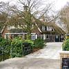GM028  Hoofdstraat 15 - ' 't Huis Ter Weegen'<br /> <br /> Deze grote monumentale villa is in 1926 in landhuisstijl gebouwd en bestaat uit de begane grond en twee verdiepingen. Het hoofdgebouw met schilddak en wolfseind is met riet gedekt evenals het schuin aangebouwde bijgebouw. <br /> <br /> Meer informatie is te vinden in 'Monumenten in Sassenheim', een uitgave van de Stichting Oud Sassenheim.