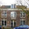 GM008  Hoofdstraat 294 - 296 <br /> <br /> Twee woonhuizen onder één kap van drie verdiepingen hoog, gebouwd in 1890, zijn in rode baksteen in kruisverband gemetseld. De firma Dijkstra bouwde deze woonhuizen evenals de werkplaats ernaast waar kisten en timmerwerk werd gemaakt. <br /> <br /> Meer informatie is te vinden in 'Monumenten in Sassenheim', een uitgave van de Stichting Oud Sassenheim.