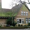GM0013  Wilhelminalaan 1 - 'Sikkens Museum' - bodewoning <br /> <br /> Van het woonhuis, dat met de kopse kant naar de straat ligt, steekt de zijaanbouw iets voor het dienstengedeelte uit. Het is opgetrokken in rode baksteen en gemetseld in kettingverband. Rollagen bevinden zich boven de plint en de vensters. <br /> <br /> Meer informatie is te vinden in 'Monumenten in Sassenheim', een uitgave van de Stichting Oud Sassenheim.