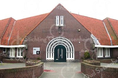 GM001  Jacoba van Beierenlaan 6  - voormalige Kompasschool <br /> <br /> Dit voormalige schoolgebouw dateert uit 1931 en is gebouwd in de Amsterdamse stijl door de architecten Lohmann en Ponsen. De muren zijn van rode baksteen in Vlaams verband gemetseld. Het pand bestaat uit een centraal deel met hoofdingang en twee gelijke zijvleugels. Later is aan de kant van de Westerstraat een gedeelte aangebouwd. De ingang heeft de nadruk gekregen door de boogvormige omlijsting van de dubbele, halfronde toegangsdeur.<br /> <br /> Meer informatie is te vinden in 'Monumenten in Sassenheim', een uitgave van de Stichting Oud Sassenheim.