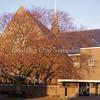 GM032  Julianalaan 6 - 'Julianakerk', gereformeerde kerk<br /> <br /> Dit kerkgebouw met een kruisvormige plattegrond is eveneens ontworpen door architect Th. Anema in 1911 en gebouwd in rode baksteen in kruisverband. De entreepartij, die gelegen is in de hoek tussen de voorzijde en de rechter zijkant, laat invloeden van de Amsterdamse School zien.<br /> <br /> Meer informatie is te vinden in 'Monumenten in Sassenheim', een uitgave van de Stichting Oud Sassenheim.