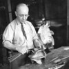 Grand papa Aimé Aubin dans son atelier