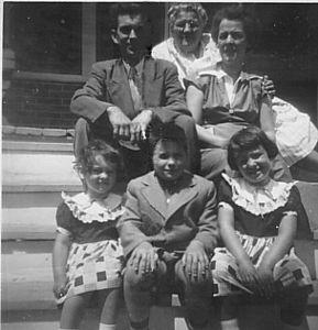 FAMILLE DE LÉANDRE & YVETTE (PELLETIER) BLANCHARD -  1ère rangée: Pauline, Jean, Monique 2e rangée: Léandre et Yvette Arrière: Émilie (Sirois) Pelletier (mère d'Yvette)