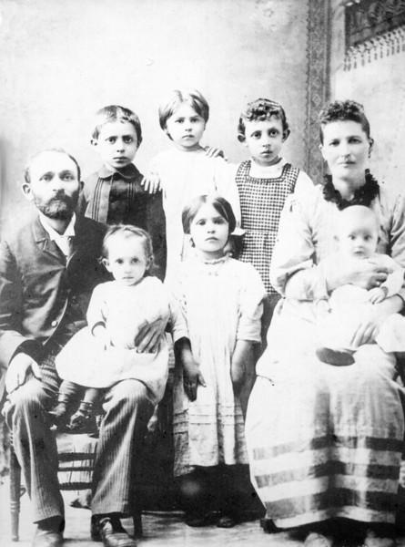 Bloom (Tresjansky) family, just after immigration (c1893).<br /> <br /> Clockwise from Left:<br /> Moses, Frank, Rose, Anna, Dora, Dave, Sarah, Esther