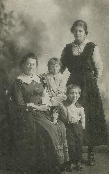 grandmaottsphotos008-4 elenor elsie raymond edith1918
