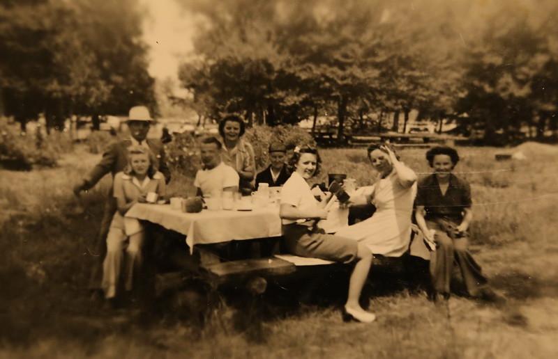 Fred,unknown,Arnold,Hanna,Grandma,Bernice,Minnie,Toots Knutilla