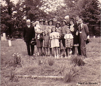 Front: Martha, Betty, Jane, Margaret;  Back: Will, Doris, Gladys holding unidentified child, Vernon, Liz, Jimmie, Vashti, John, Lois, David & Joe