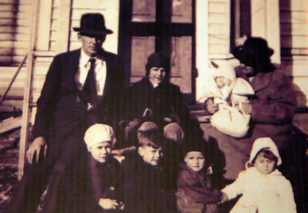 Werts Family 1940 Monmouth, IL. Back Clarence, Chadwick, Patricia, Catherine. Front Catherine, Carleton, Carolyn, Verna.